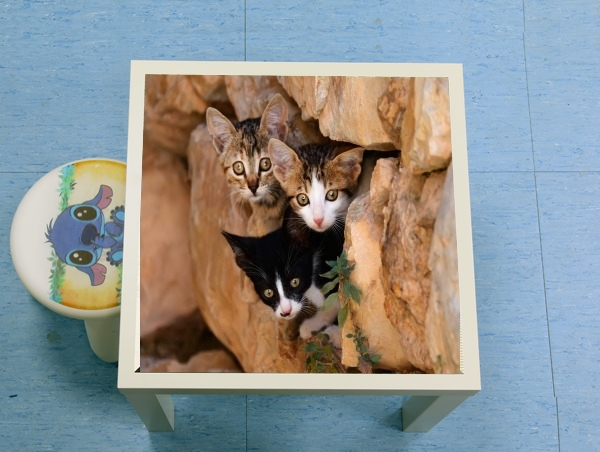 table d'appoint Three cute kittens in a wall hole